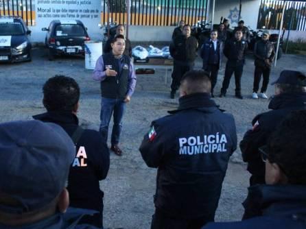 Raúl Camacho Baños realiza entrega de uniformes a policías municipales1