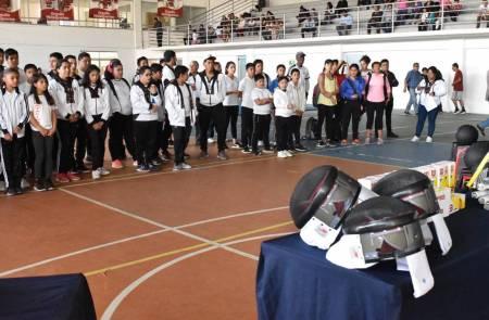 Se refuerzan escuelas de iniciación con material deportivo1