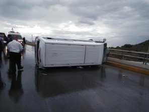 Vuelca camioneta de transporte publico en la Providencia