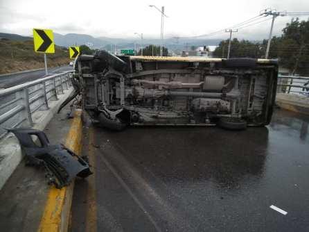 Vuelca camioneta de transporte publico en la Providencia2