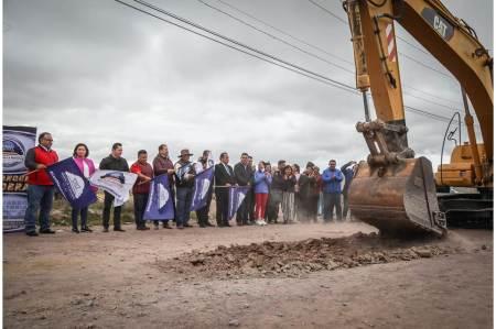 Da alcalde Raúl Camacho Baños, banderazo de obra para la construcción de pavimentación  para el camino Pozos-Téllez en El Venado2.jpg