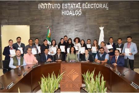 Entregan reconocimientos a participantes en Diplomado de Derecho Electoral.jpg