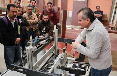 Imparten capacitación en carpintería a personal de la UAEH2.jpg