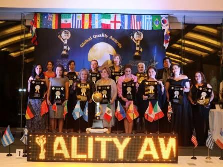 Presidenta y directora del SMDIF Tizayuca recibe galardón Gold Élite Awards2