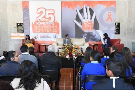 En días de activismo, se dicta conferencia y se presenta libro contra violencia hacia mujeres