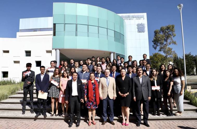 Reciben 51 alumnos de UAEH becas Teacher y Prefect2