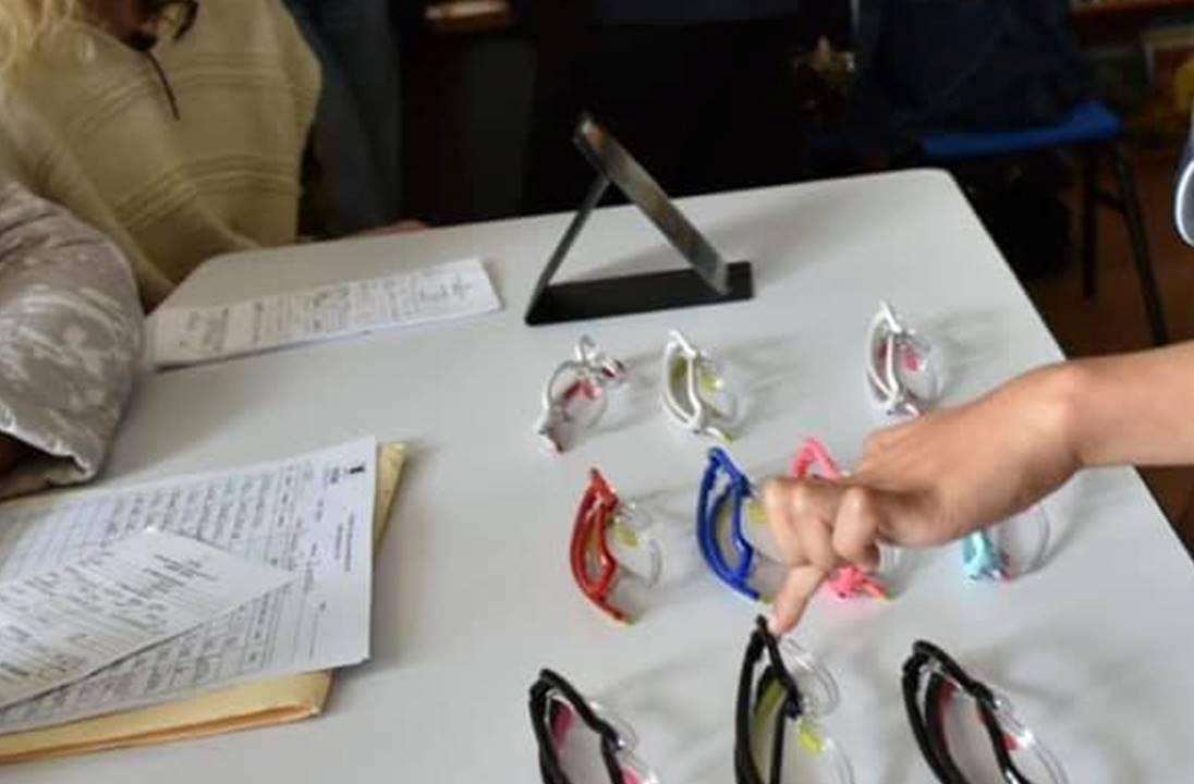 Se dota de lentes a estudiantes con debilidad visual para mejorar su rendimiento escolar.jpg