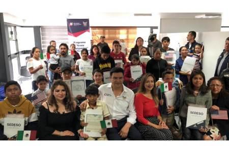 Sedeso entrega actas de doble nacionalidad a 28 hijas e hijos de migrantes
