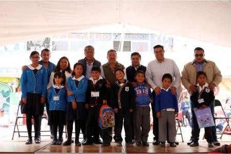 Gabriel García Rojas entrega Becas W-15 a 876 alumnos de primaria2.jpg
