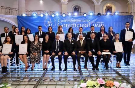 Reciben título profesional 62 egresados del Centro Universitario Continental1