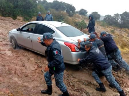 Policías de Hidalgo brindan apoyo a familia del Edomex perdida en zona boscosa1