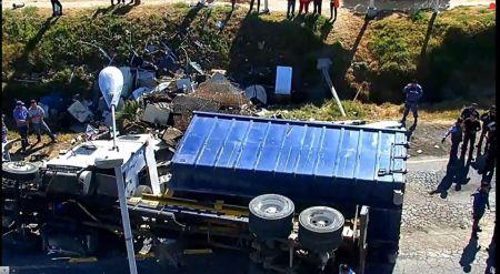 Vuelca camión cargado con chatarra en la zona de Sahagún
