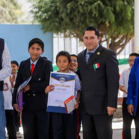 Conmemora alcalde Rául Camacho, lábaro patrio en planteles escolares 1