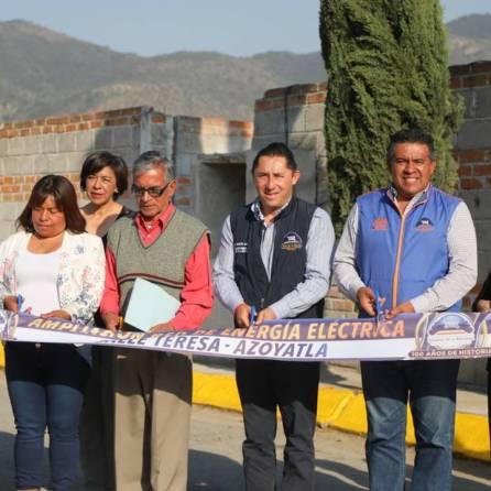 Inaugura alcalde Raúl Camacho electrificación en Azoyatla 1