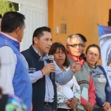 Inaugura alcalde Raúl Camacho electrificación en Azoyatla 2