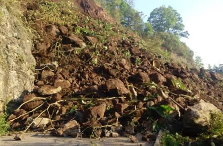 Gobierno del Estado atiende derrumbe en el municipio de Tlanchinol 1