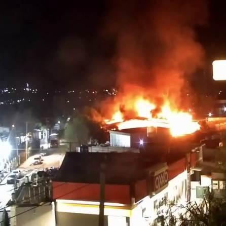 Intenso incendio se registró en un almacén localizado en la región de Tula-Tepeji