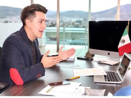 Contralor César Mora participa en conversatorio de líderes universitarios