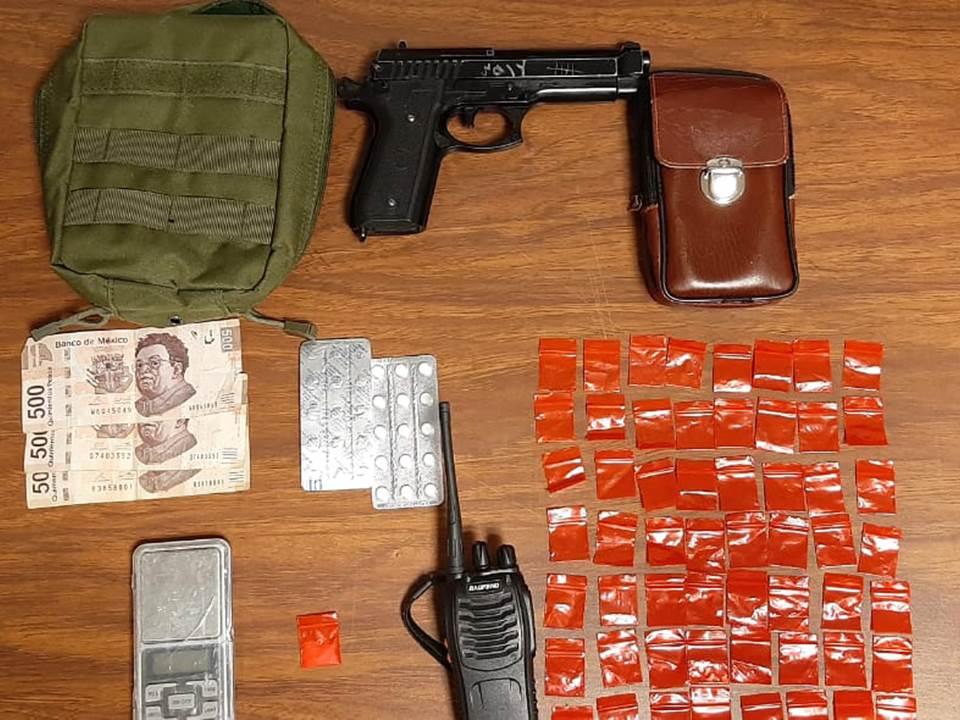 Detienen a dos en Mineral de la Reforma; tenían en posesión probable droga e iban en un auto con reporte de robo