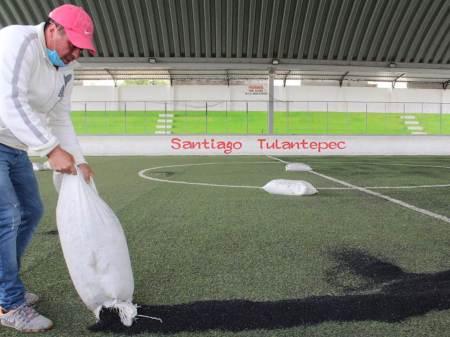 En constante mantenimiento cancha de fútbol rápido de Santiago Tulantepec