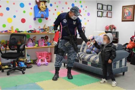 Niño extraviado en Pachuca recibe asistencia de elementos de la Policía de Género