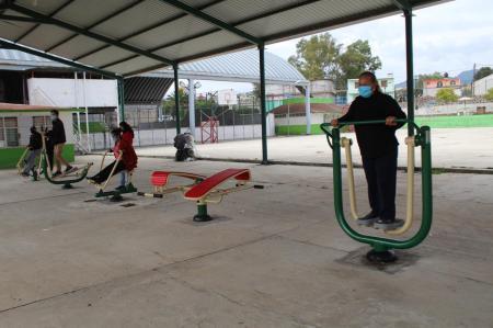 Paola Domínguez entrega diez gimnasios al aire libre en Santiago Tulantepec