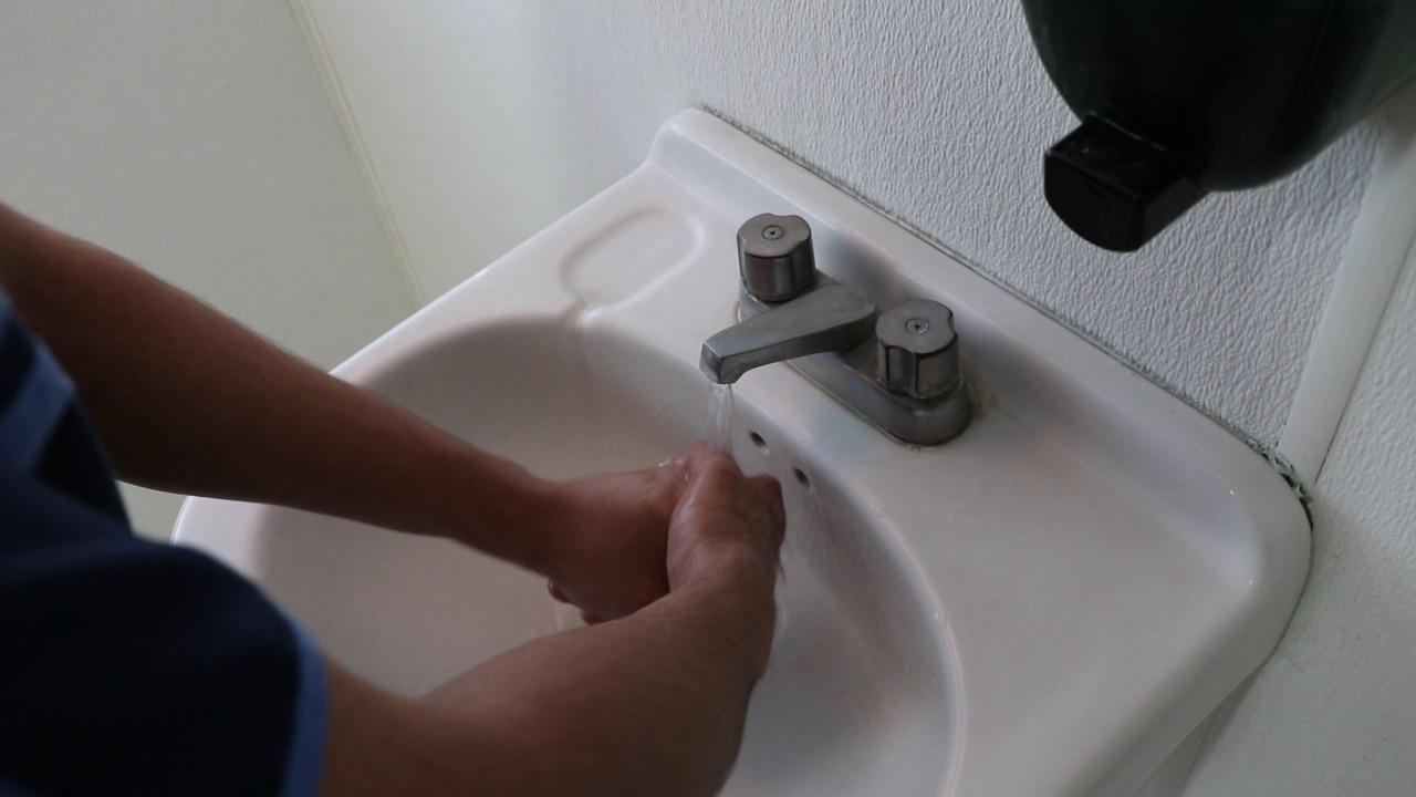 Recomienda IMSS preferir el agua y jabón antes que el gel antibacterial para evitar dañar la piel