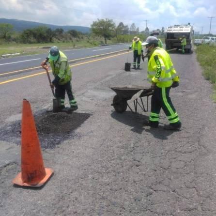 SOPOT realiza trabajos de bacheo sobre la carretera Saucillo-San Sebastián-Tecnochtitlán en Nopala1