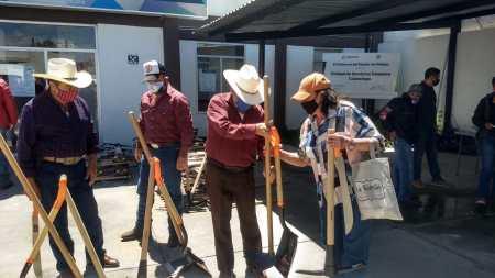Entregan apoyos a productores del campo de Santiago Tulantepec